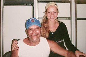 René Senna sentado e ao lado esquerdo dele Adriana Ferreira, jovem ex-namorada acusada de ser mandante do assassinato.