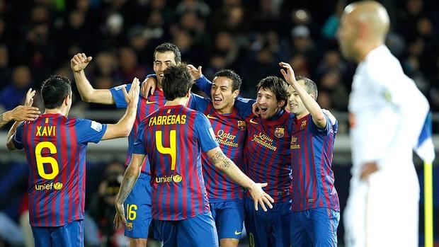foto de Comemorãção de um Gol. Jogadores abraçados em circulo.