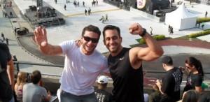Ronaldo Peres (à esquerda) e um amigo no show do U2 em São Paulo