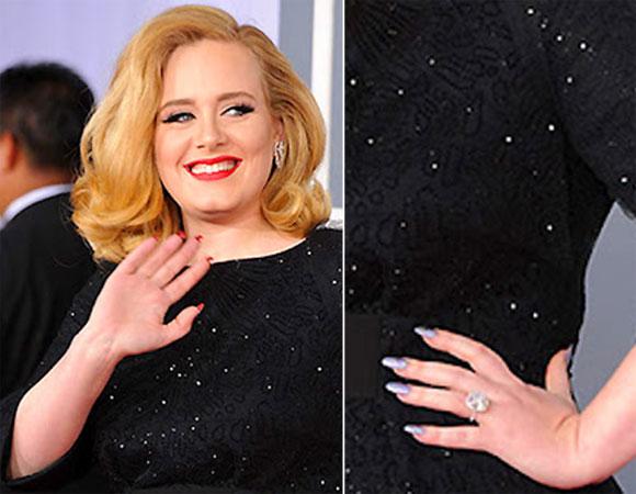 Adele acenando e em corte com a mao na citura. A compração mostra claramente que ela esta com unhas dupla face.