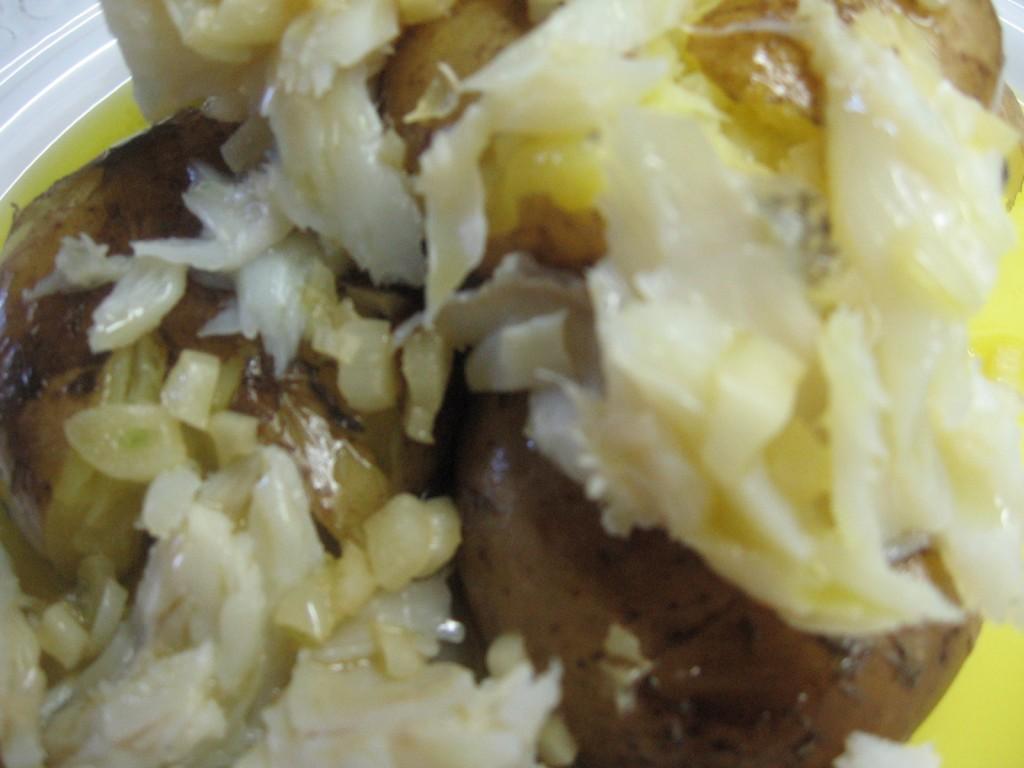 Bacalhau assado com batatas e azeite de oliva.