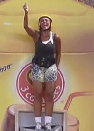 Fabiana comemorando levantando uma das maos