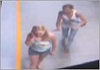 Mulher se aproximando por tras para empurar a outra no metro