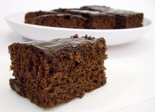 Bolo de chocolate com cobertura de chocolate.