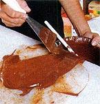 Chocolate derretido sendo colocado no pirex.
