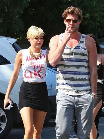 Miley Cyrus e Liam com dedo no nariz
