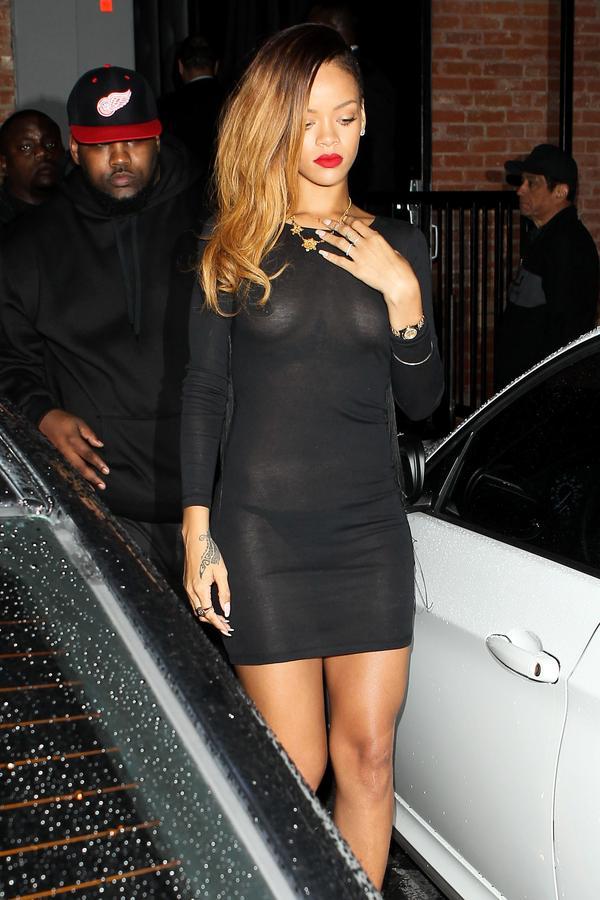 Rihanna seio a mostra 3