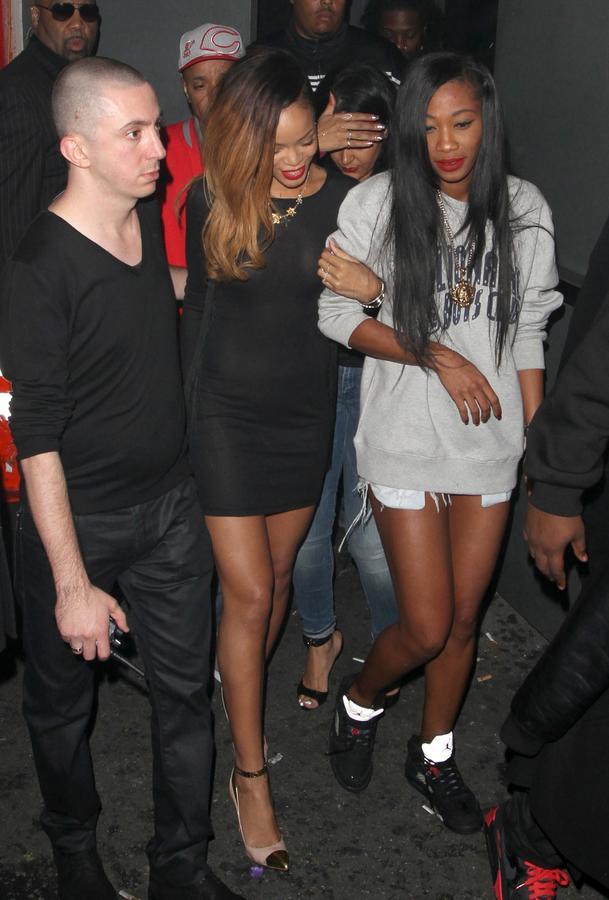 Rihanna seio a mostra 4