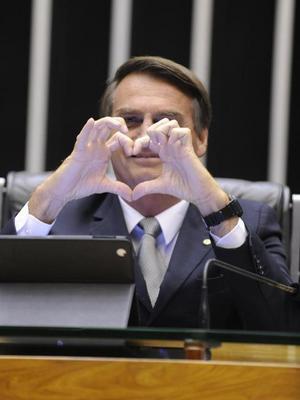 jair bolsonaro fazendo coração com as mãos.